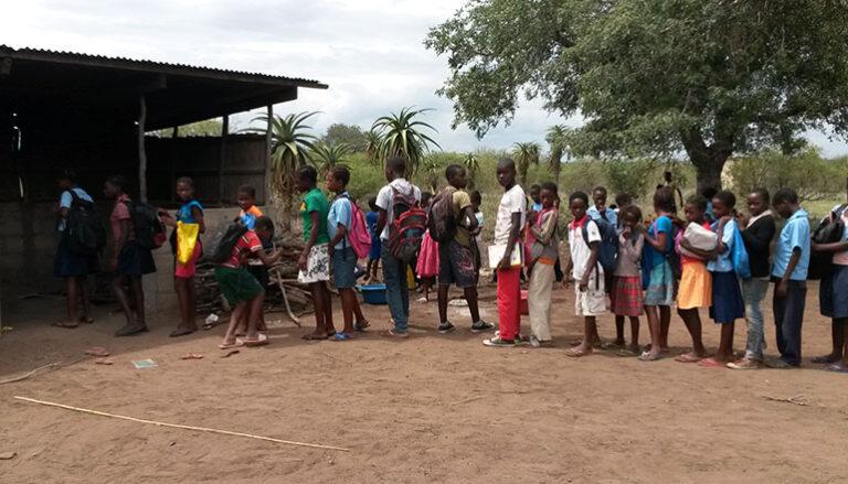 Bambini in attesa di un piatto di cibo 2.jpg