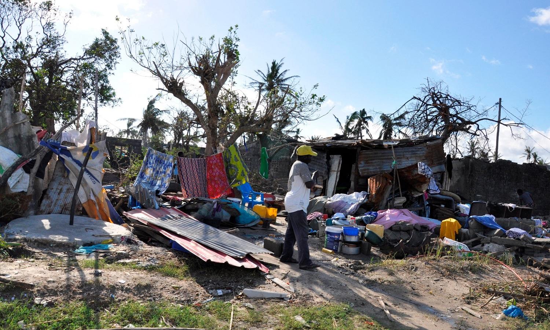 Il riparo provvisorio di una persona sopravvissuta al ciclone Idai, a Beira.