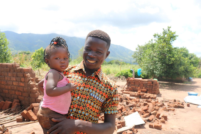 Una foto di Mteus Ricardo, ex sostenuto Helpcode, con la sua bambina