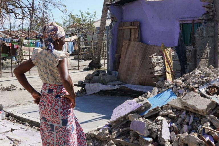 Una donna davanti alle macerie della sua casa distrutta dal ciclone Idai