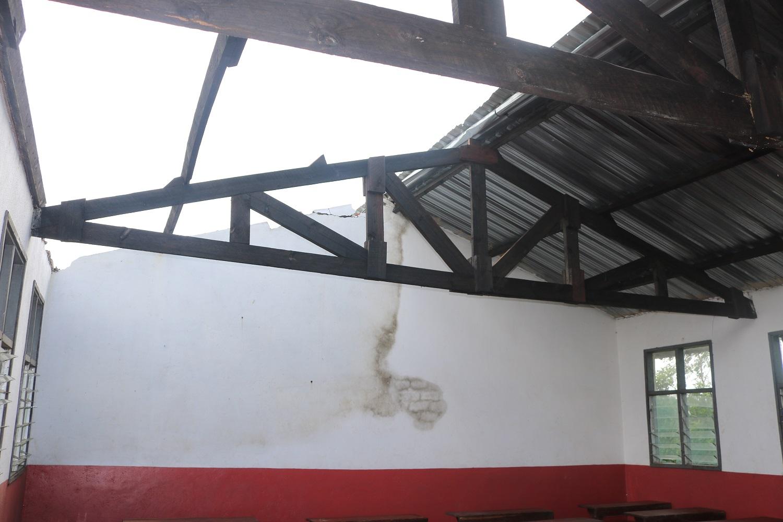 L'interno delle aule della scuola di Tambarara dopo il passaggio del ciclone Idai.