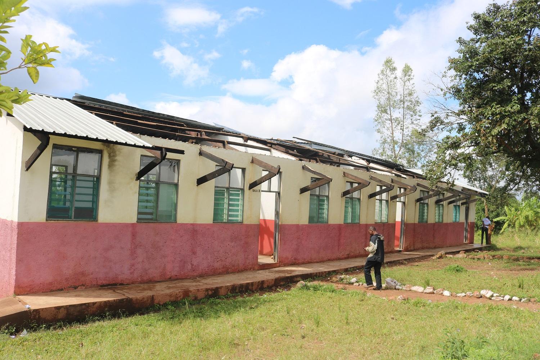 La scuola di Tambarara con il tetto scoperchiato per la furia del vento