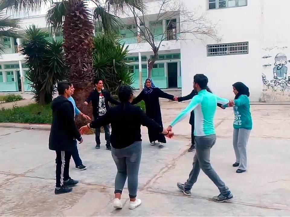 Giovani tunisini durante un'attività del club della pace