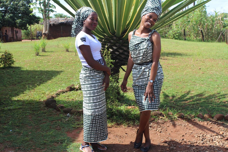 Due donne del Mozambico vestite con abiti tradizionali