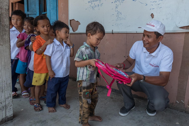 Bambini cambogiani ricevono kit scolastici