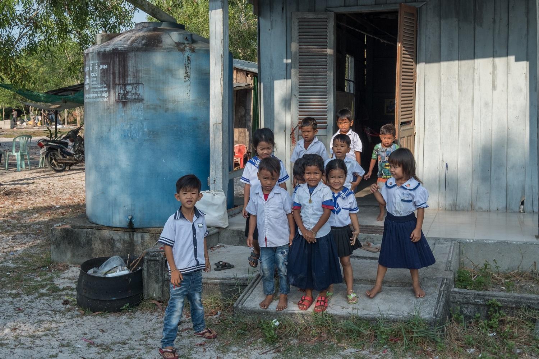 Dei bambini della Cambogia fuori dalla loro scuola a Prek Svay