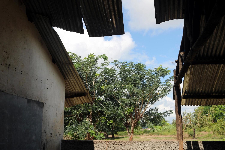 Il tetto scoperchiato di una scuola del Mozambico dopo il passaggio del ciclone Idai