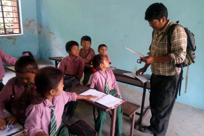 Un cooperante di Helpcode in visita a una scuola del Nepal