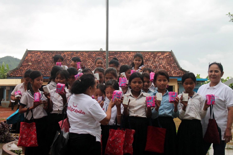 Le ragazze cambogiane tengono in mano degli assorbenti
