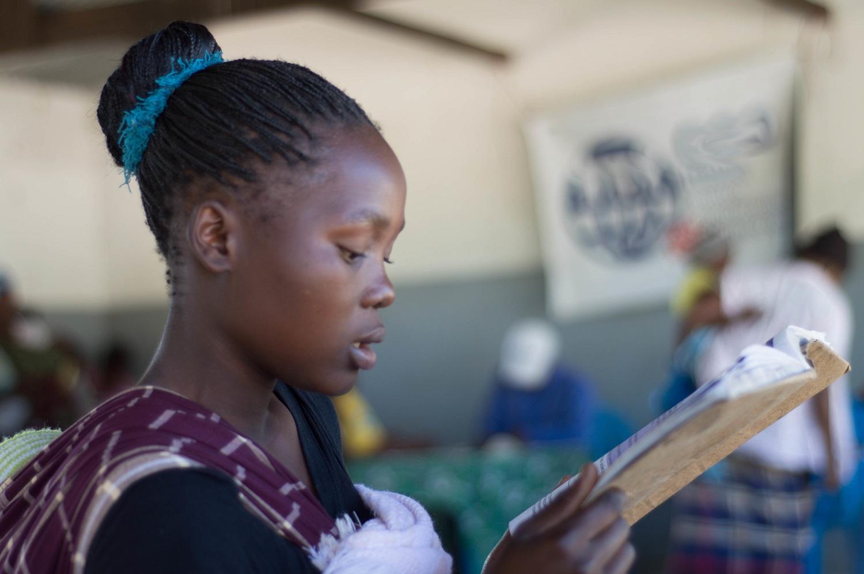 Una ragazza legge un libro in una scuola