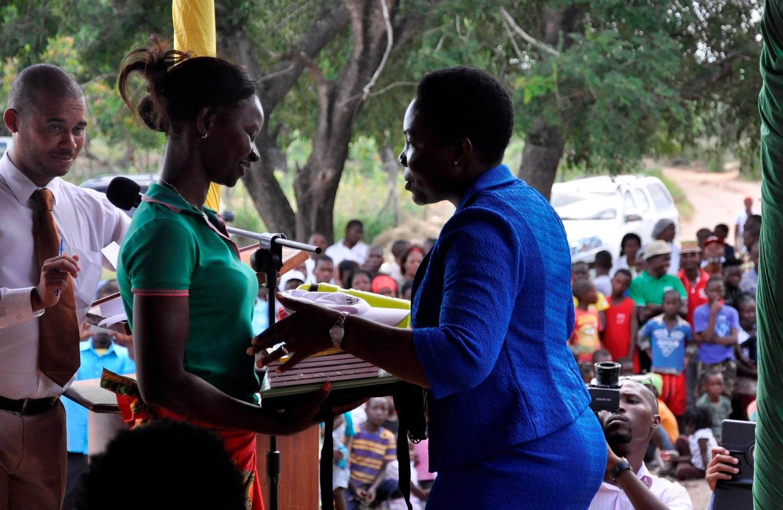 Una ragazza mozambicana riceve il diploma