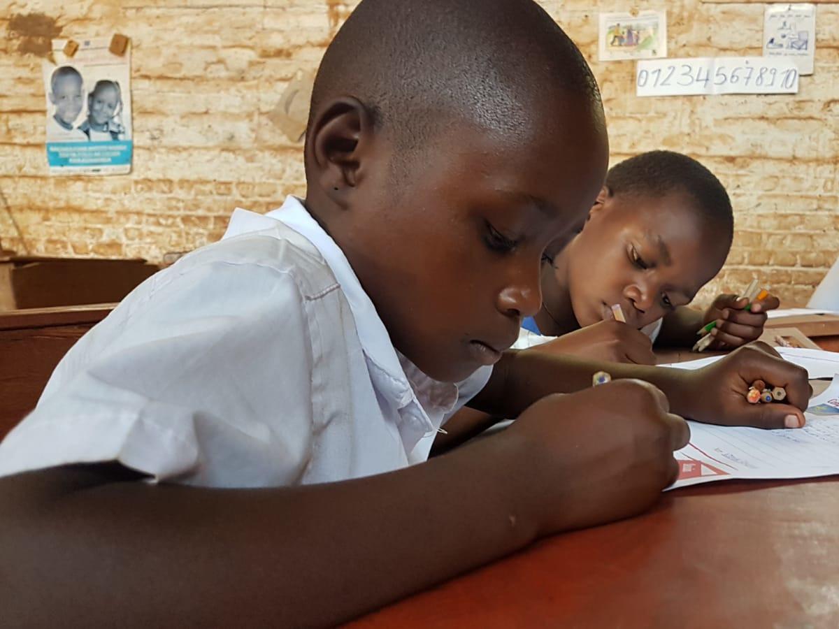 due bambine scrivono seduti al banco