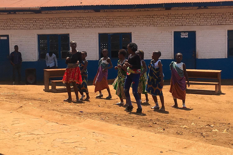 Dei bambini ballano
