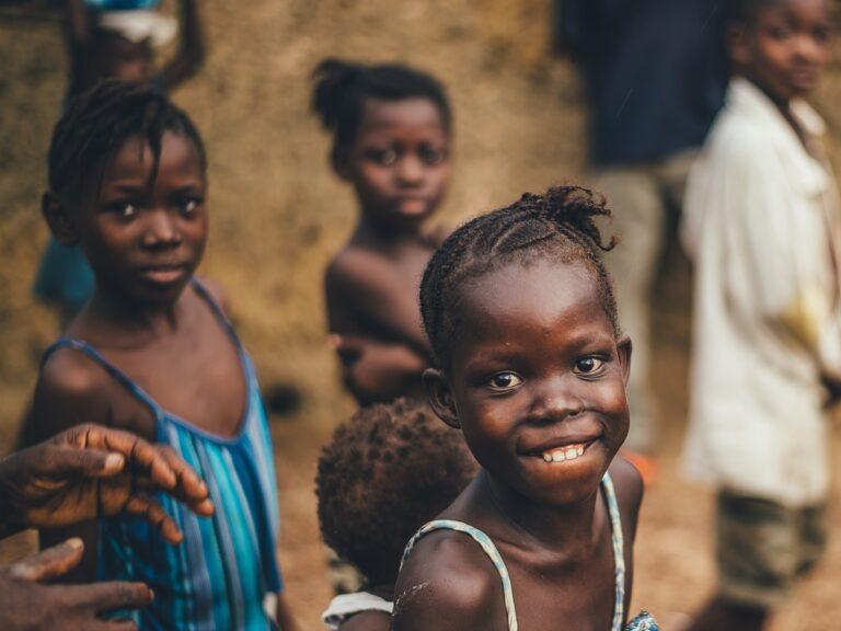 Delle bambine sorridono davanti alla macchina fotografica