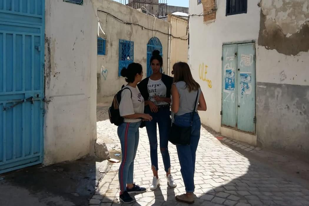 Silvia parla con alcune sue coetanee delle elezioni in Tunisia