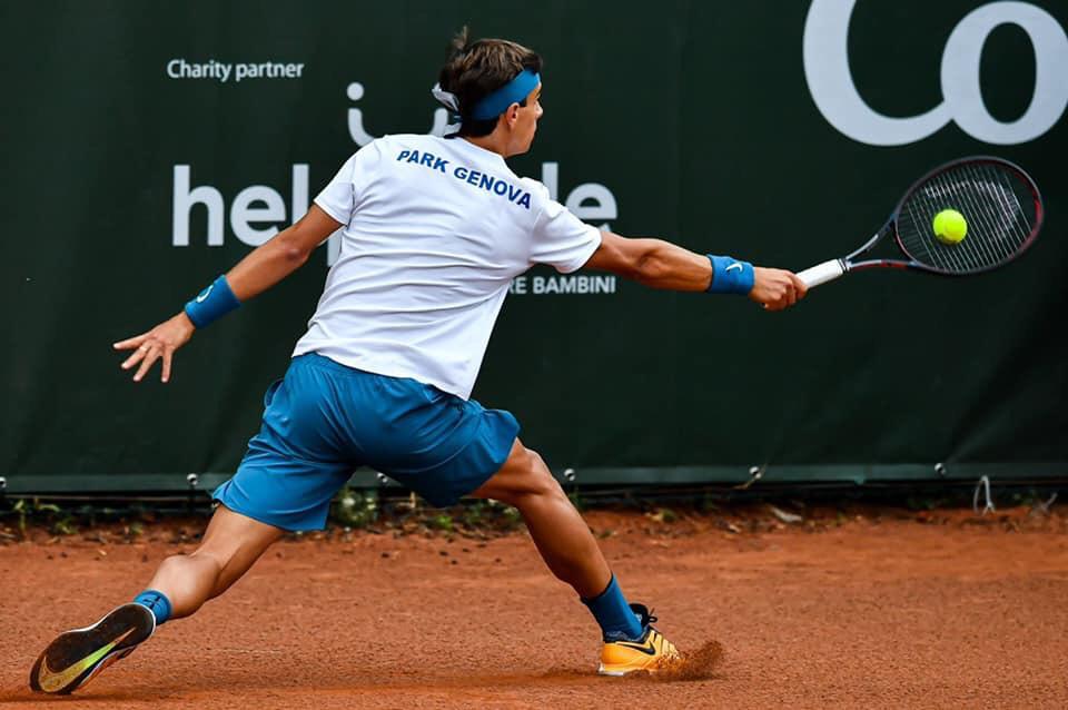 Lorenzo Musetti, enfant prodige del tennis italiano, durante la prima partita di campionato (foto di Simone Arveda).