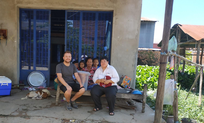 rocco con una famiglia cambogiana