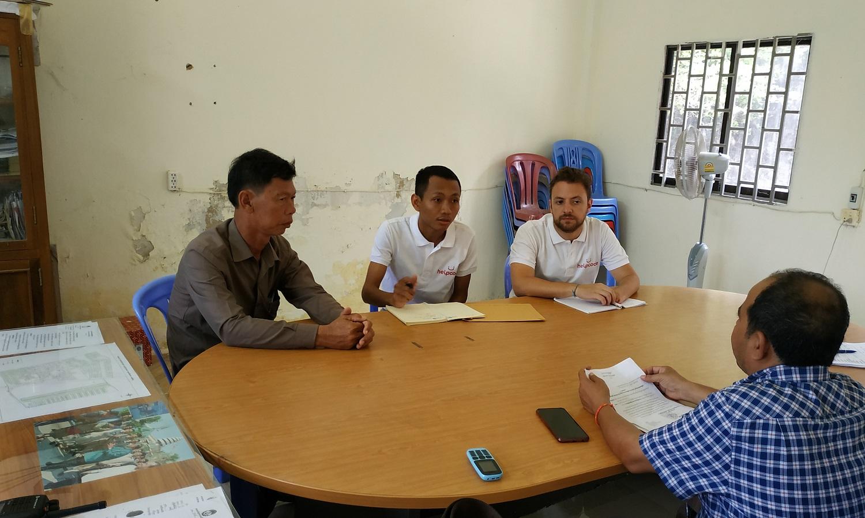rocco in riunione con lo staff di Helpcode