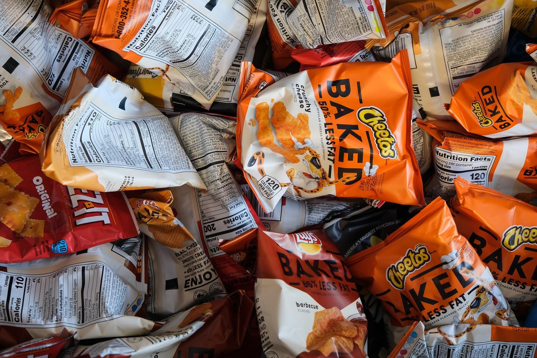 Dei pacchetti di patatine e altri cibi spazzatura