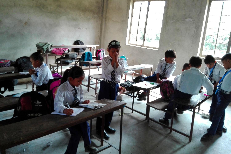 Alcuni bambini nepalesi in un'aula