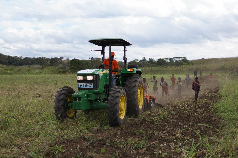 Un trattore ara un campo