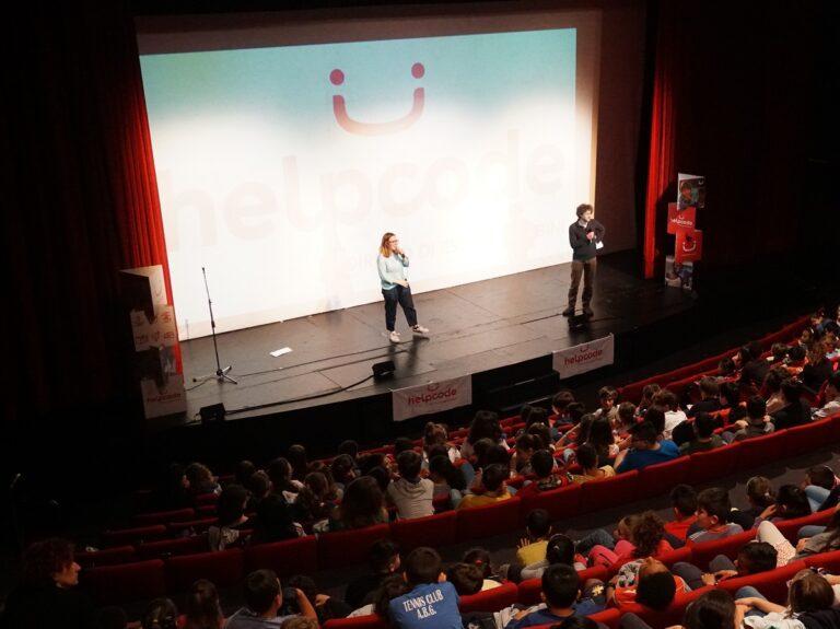 Helpcode sul palco del Teatro della Tosse durante uno spettacolo