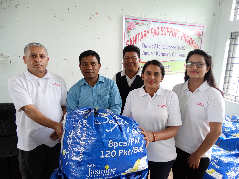 I direttori delle scuole di Chitwan ricevono i kit per l'igiene mestruale dallo staff di Helpcode Nepal