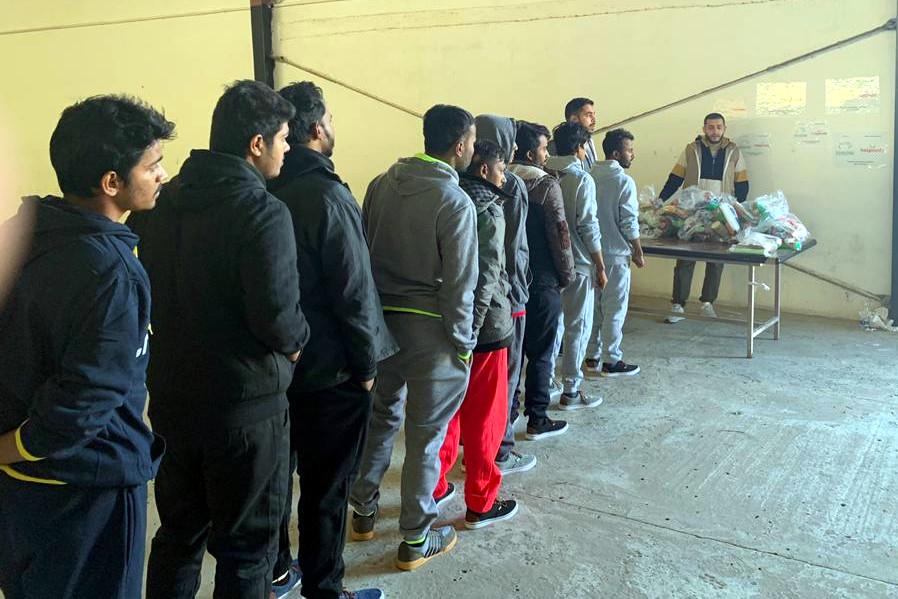 Un momento delle consegne a Abu Salim - Trik al Matar