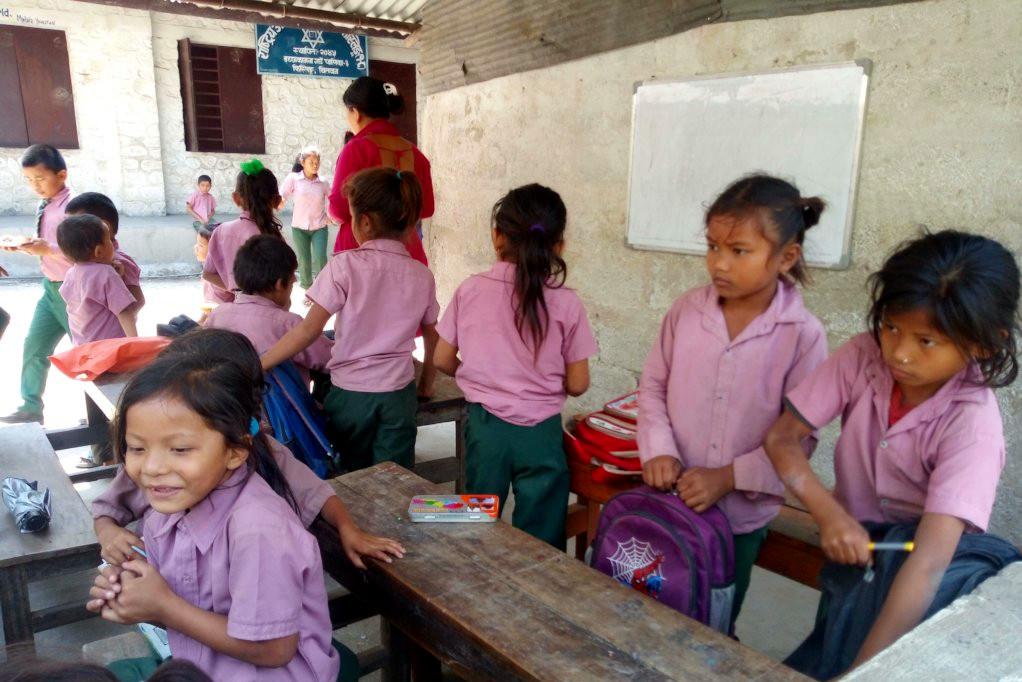 Delle ragazze nepalesi seduto a un banco scolastico