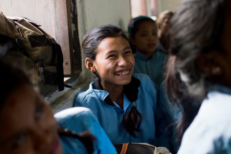 Una studentessa sorride, il più bel segno dell'importanza dell'educazione nella lotta ai matrimoni precoci