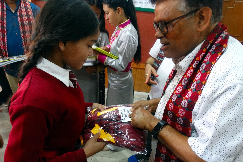Una studentessa riceve un uniforme scolastica