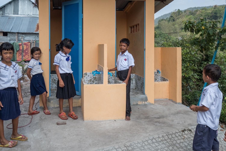 Bambine e bambini delle scuole di Sok San si lavano le mani