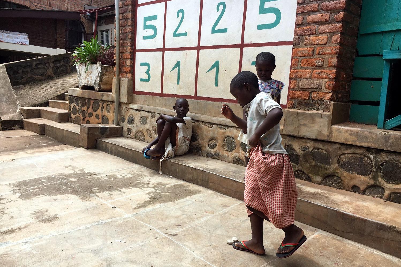 Le bambine del Foyer Ek'abana giocano a loko, la versioen congoloese di campana