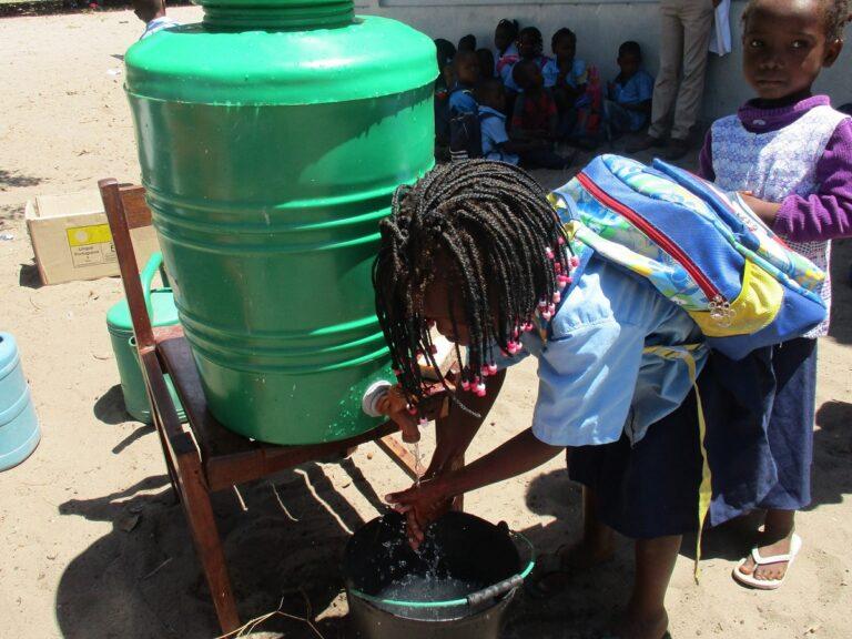 Una bambina mozambicana si lava le mani