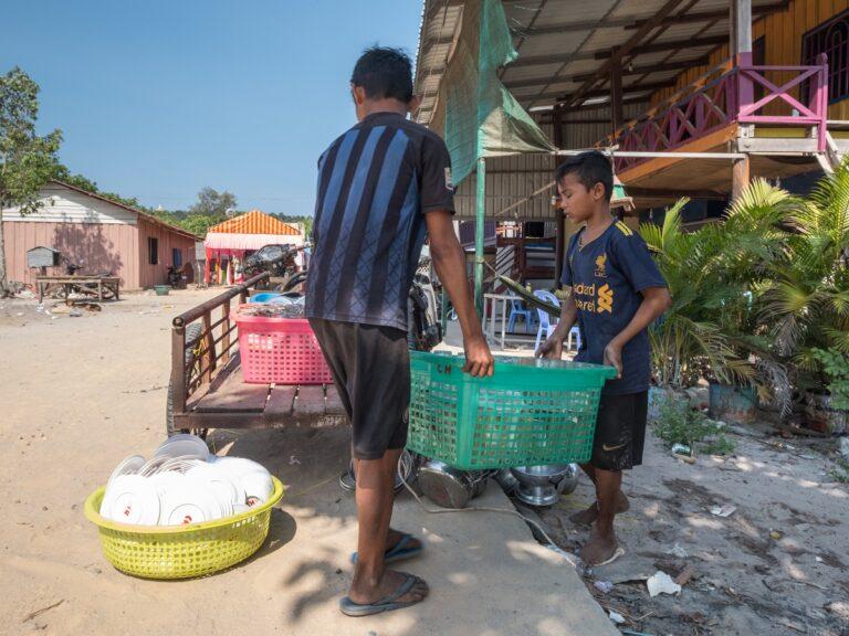 Giovani lavoratori cambogiani