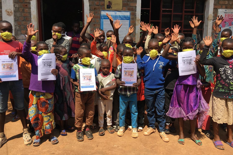 Studenti congolesi salutano