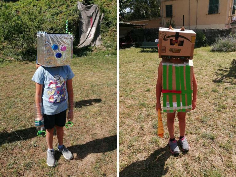 Due bambini vestiti da robot ai centri estivi