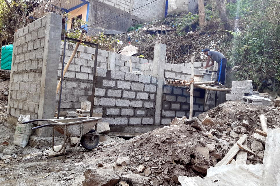 Un bagno in costruzione a Fishling
