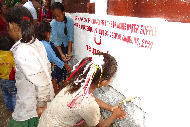 Bambini nepalesi mentre si lavano e mani
