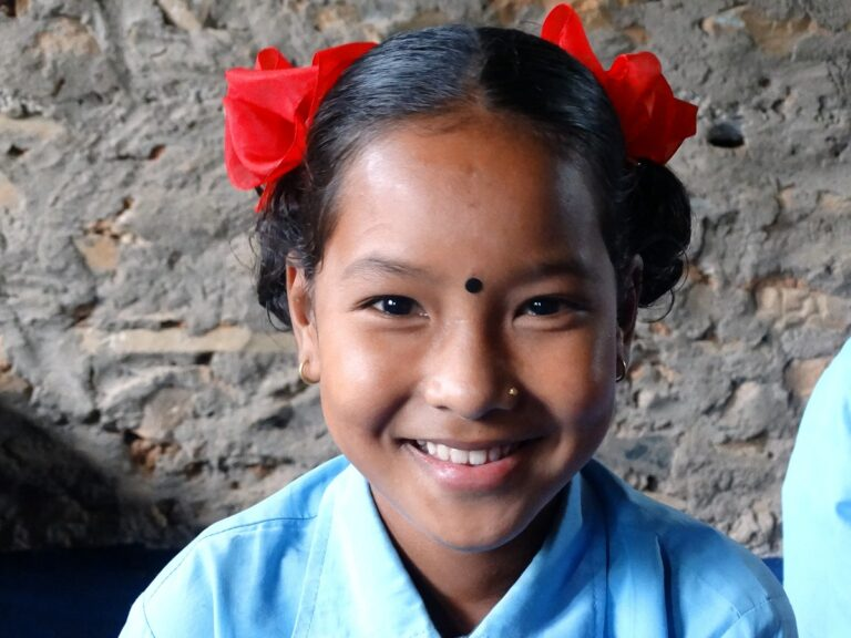 Una bambina nepalese sorride