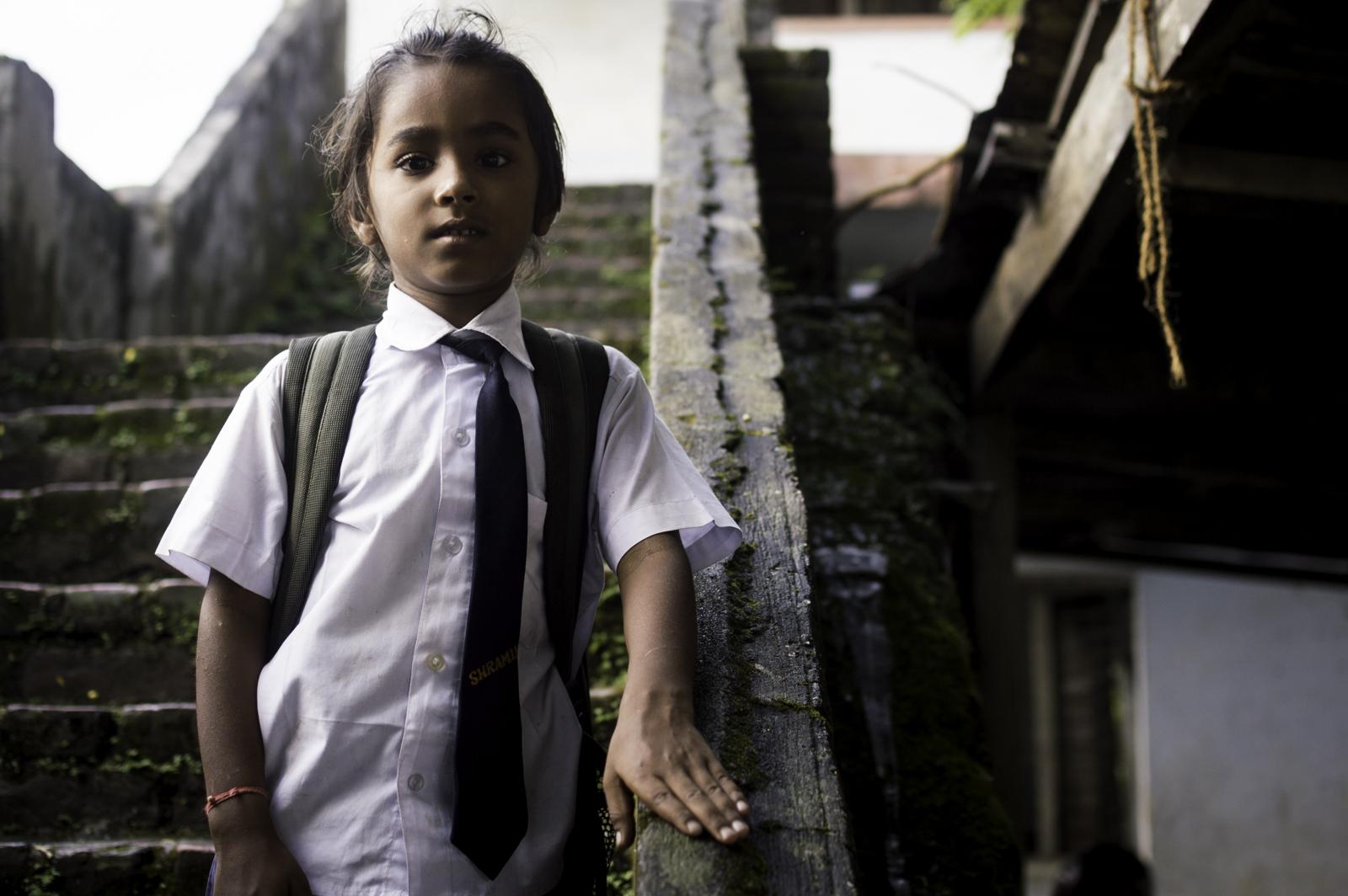 bimbo va a scuola in nepal