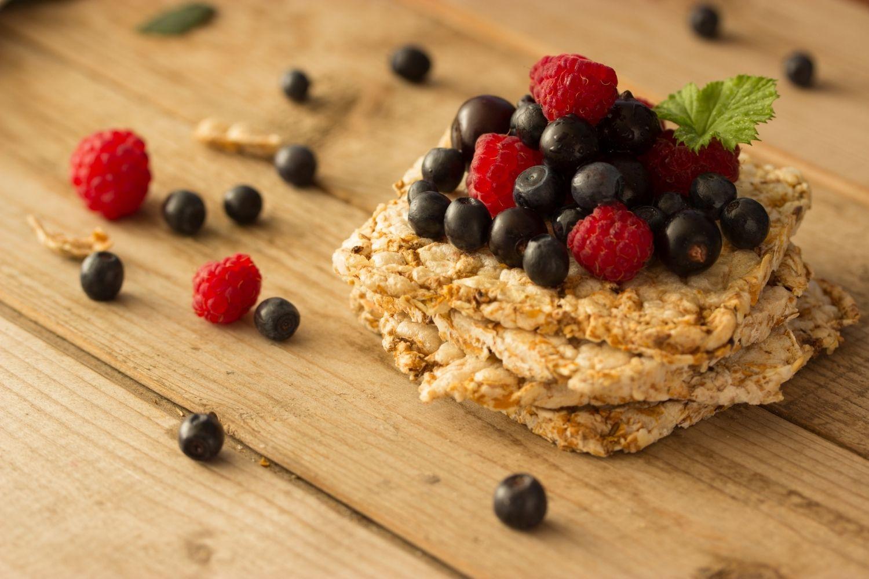 Dei biscotti ai cereali e della frutta