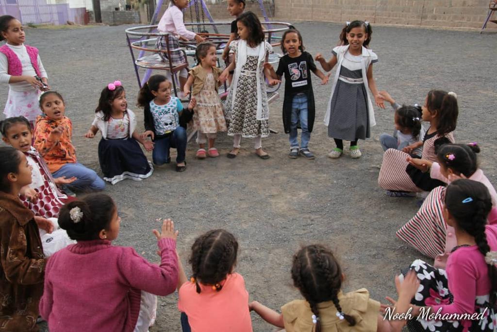 Bambini yemeniti in cerchio