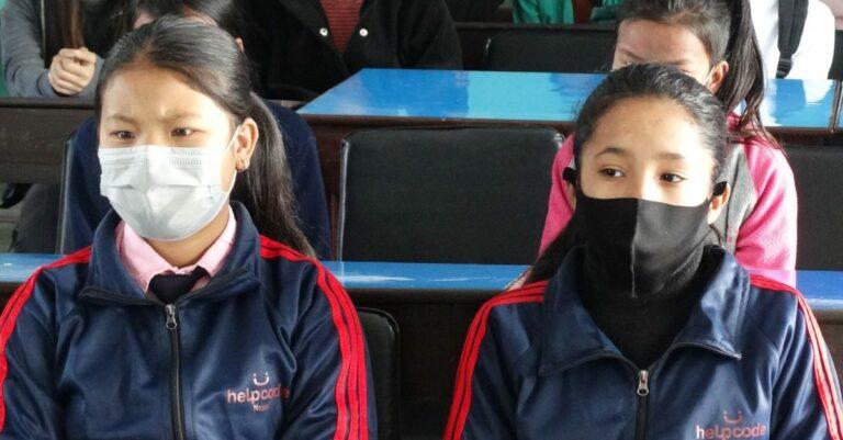Studenti nepalesi a scuola con le mascherine