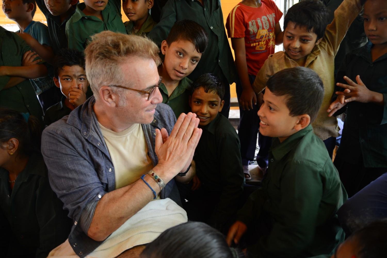Massimo Ghini gioca con bambini nepalesi
