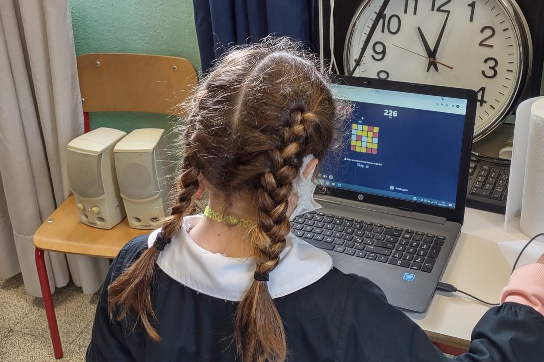 Una bambina durante un laboratorio di coding